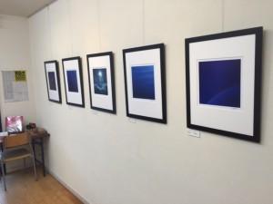 京都では「群青」シリーズから5点を展示。